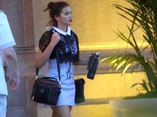 Bruna Marquezine repete look listrado ao deixar hotel no Rio de Janeiro nesta quarta-feira, dia 11 de outubro de 2017