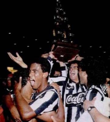 BOTAFOGO 1x0 VASCO - 1990 - O título carioca do Botafogo ocorreu de fato e de direito. Em campo, o Alvinegro se impôs e, com Carlos Alberto Dias, garantiu o 1 a 0. Mesmo com a festa do Fogão, os vascaínos interpretaram que era necessária uma prorrogação, e chegaram a se proclamar campeões, com uma 'caravela de papel'. Na Justiça, o Botafogo foi campeão de novo.