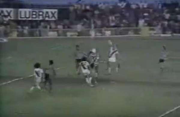 VASCO 2x1 BOTAFOGO - Em jogo válido pelo Carioca de 1976, o clássico foi cenário daquele que é considerado o gol mais bonito da carreira de Roberto Dinamite. Após dar um lençol em Osmar, o camisa 10 emendou de sem-pulo e estufou a rede para sacramentar o triunfo.