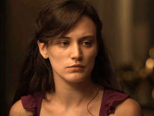 Clara (Bianca Bin), grávida, ameaça esfaquear Gael (Sergio Guizé) para não apanhar, novamente, do marido, nos próximos capítulos da novela 'O Outro Lado do Paraíso'