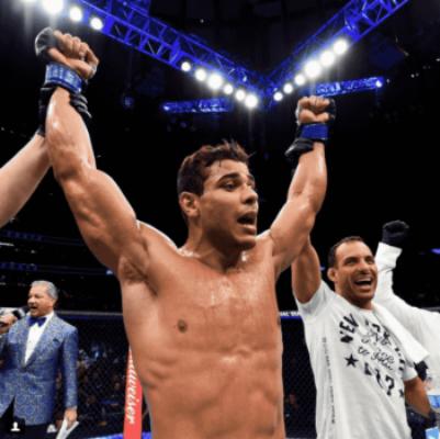 Borrachinha comemora a vitória contra Johny Hendricks no UFC 217