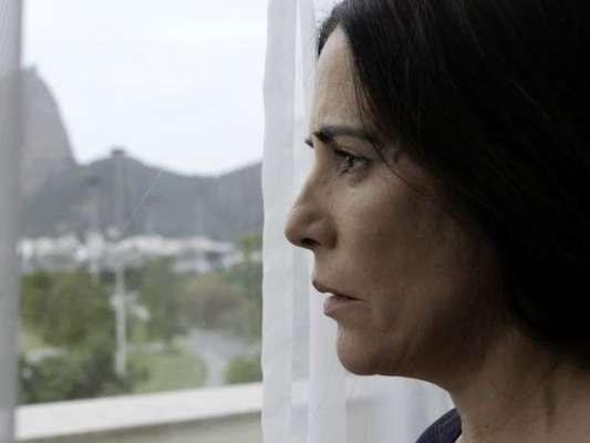 Duda (Gloria Pires), novo nome da personagem Elizabeth, tenta se matar mas é salva por Eliseu (Franciso Carvalho), na novela 'O Outro Lado do Paraíso'