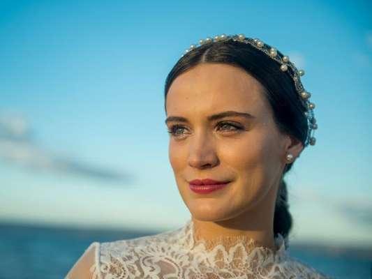 Clara (Bianca Bin) herdará uma fortuna de Beatriz (Nathalia Timberg), idosa milionária que conhece no hosício, e voltará sofisticada para se vingar, na novela 'O Outro Lado do Paraíso'