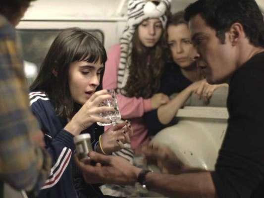 Na novela 'Pega Pega', Isabel (Regina Gutman) contará para Bebeth (Valentina Herszage) qual é o verdadeiro segredo de sua mãe, mas a menina passará mal no capítulo que vai ao ar na terça-feira, 28 de novembro de 2017