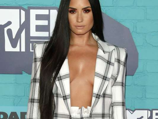 Demi Lovato usa look sexy de alfaiataria no Europe Music Awards 2017