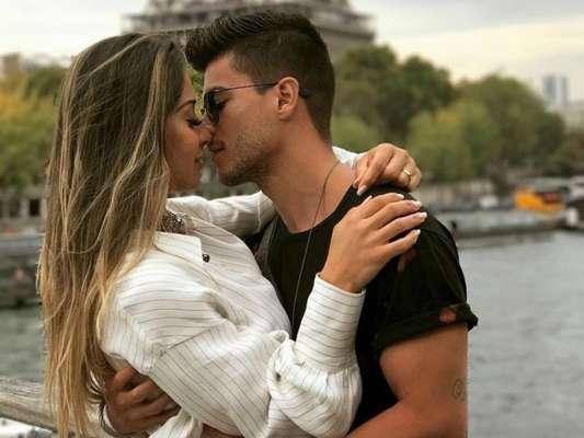 Arthur Aguiar rebateu seguidora que criticou a diferença de idade entre ele e Mayra Cardi nesta segunda-feira, 13 de novembro de 2017