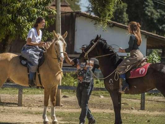 Bruna Marquezine e Marina Ruy Barbosa fazem aula de hispismo para darem vida às personagens Catarina e Amália na novela 'Deus Salve o Rei'