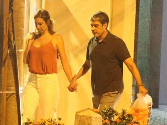 William Bonner e a namorada, Natasha Dantas, estão em São Paulo com as filhas do jornalista