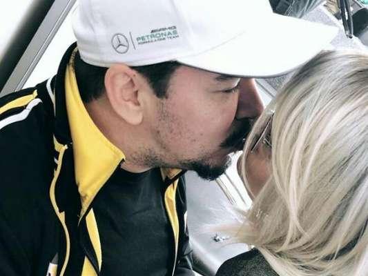 Maraisa, dupla de Maiara, de peruca loira, beija de namorado, Wendell Vieira, em foto posta no Instagram Stories, nesta quinta-feira, dia 23 de novembro de 2017