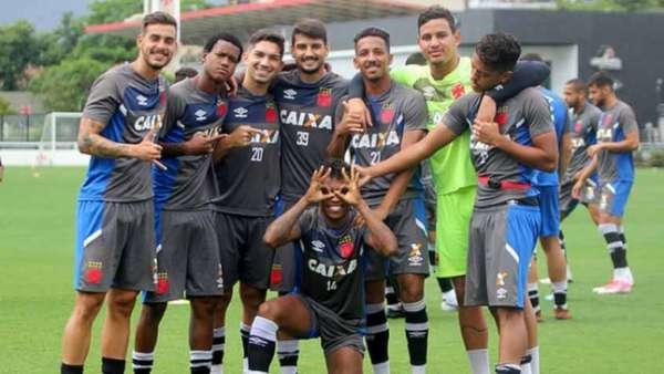 Garotos da base do Vasco posaram juntos para foto no treino da última quinta. Veja a seguir fotos do jogo