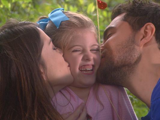Gustavo (Carlo Porto) e Cecília (Bia Arantes) querem que Dulce Maria (Lorena Queiroz) passe a morar com os dois depois do casamento na novela 'Carinha de Anjo'