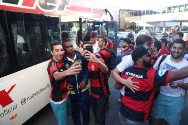 Torcedores do Flamengo em Buenos Aires com jogadores