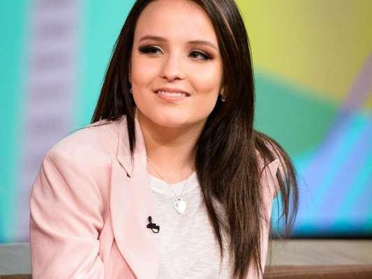 Larissa Manoela, em gravação pela TV Globo para divulgar o filme 'Fala Sério, Mãe!', agradeceu a autorização concedida por Silvio Santos, dono do SBT, para estar na emissora concorrente