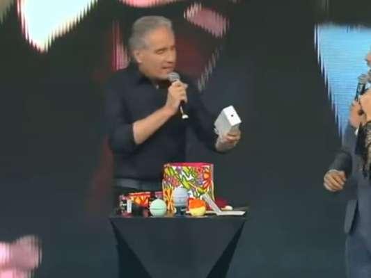 Roberto Justus ganha celular de R$ 7 mil de Xuxa no amigo-oculto 'Família Record', na noite desta quinta-feira, 21 de dezembro de 2017: 'Espetáculo!'