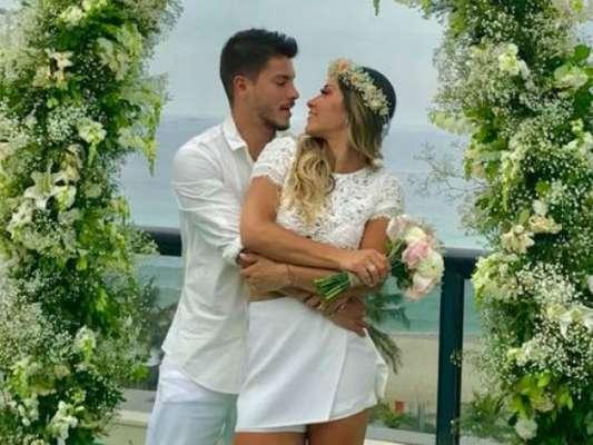 Mayra Cardi organizou uma cerimônia surpresa para o noivo, Arthur Aguiar, nesta sexta-feira, 22 de dezembro de 2017