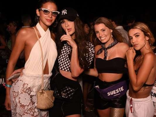 Bruna Marquezine posa com amigas na festa Benção, em Fernando de Noronha