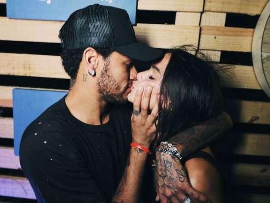 Neymar e Bruna Marquezine se beijam e reatam namoro em Fernando de Noronha na madrugada deste domingo, dia 31 de dezembro de 2017