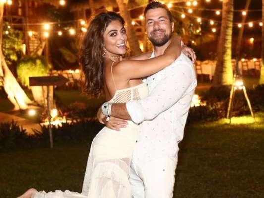Juliana Paes foi fotografada com o marido, Carlos Eduardo Baptista, no Réveillon em Jericoacoara, no Ceará