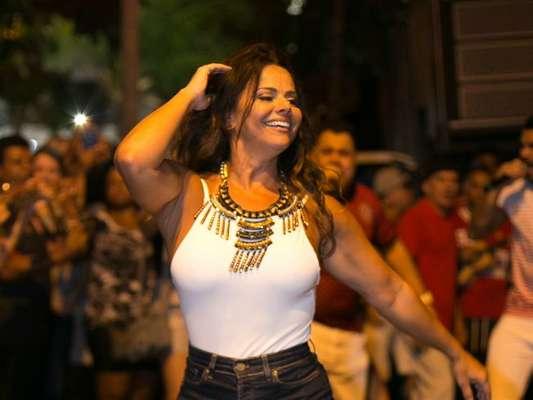 Viviane Araujo se divertiu no primeiro ensaio de rua do Salgueiro para o carnaval deste ano, na noite desta quinta-feira, 4 de janeiro de 2018