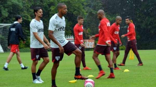 Jogadores do São Paulo treinaram sob intensa chuva no bairro da Barra Funda