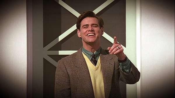 O Show de TrumanTruman (Jim Carrey) não sabe, mas sua vida inteira foi uma mentira, até agora. Ele nasceu e cresceu numa cidade cenográfica, e cada passo de sua juventude foi acompanhado de perto por telespectadores no mundo inteiro. Truman sempre sonhou em viajar, mas acabou sendo impedido por coincidências estranhas e, quando um objeto estranho cai do céu, ele decide que é hora de partir.