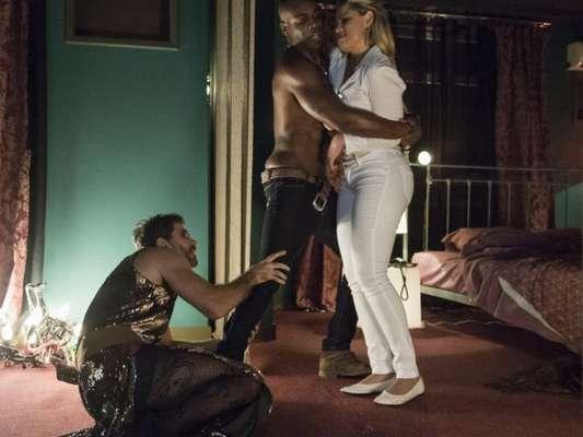 Suzy (Ellen Rocche) fica fora de si ao ver Samuel (Eriberto Leão) com Cido (Rafael Zulu) e tenta agredir o marido no capítulo que vai ao ar nesta quinta-feira, dia 11 de janeiro de 2017, na novela 'O Outro Lado do Paraíso'