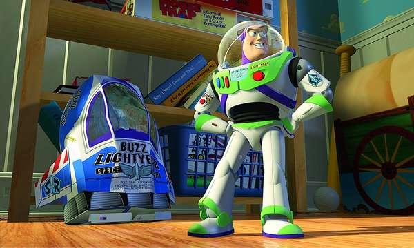 """Toy StoryTotal de filmes: 3 Toy Story (1995) Toy Story 2 (1999) Toy Story 3 (2010) Total de horas: 4h36 Se algumas sagas, como """"O Senhor dos Anéis"""", levam mais de nove horas, a trilogia """"Toy Story"""" pode ser assistida, na íntegra, em apenas quatro e meia. Uma ótima opção de maratona para quem não quer virar a madrugada inteira em frente à TV."""