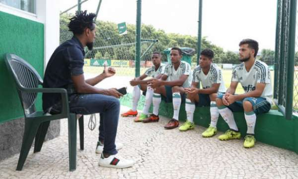 Zé Roberto conversa com Wanderson, Fabrício, Ramon e Tatavitto (da esq. para dir.)