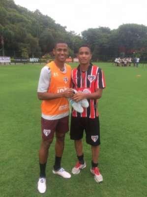 O zagueiro Bruno Alves presenteia a garotada