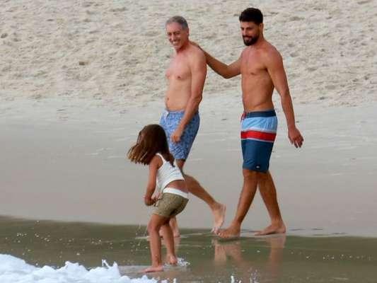 Cauã Reymond curtiu a praia da Joatinha, neste sábado, 13 de janeiro de 2018, com o pai, José Marques, e a filha, Sofia