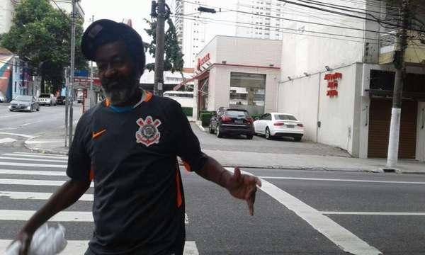 Torcedor Vilson de Paula Afonso ganhou a atual camisa três do Corinthians durante a entrevista ao LANCE!