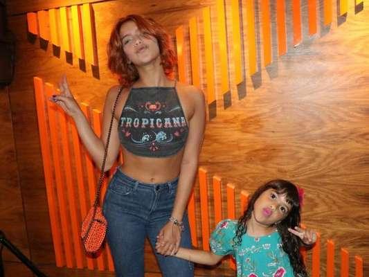 Isabella Santoni levou a irmã, Nina, na pré-estreia do filme 'Gaby Estrella', em cinema do shopping Rio Sul, no final da manhã deste domingo, 14 de janeiro de 2018