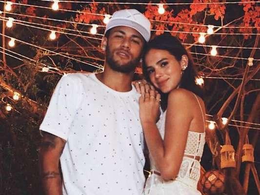 Foto de beijo de Neymar e Marquezine tem direito a mão boba