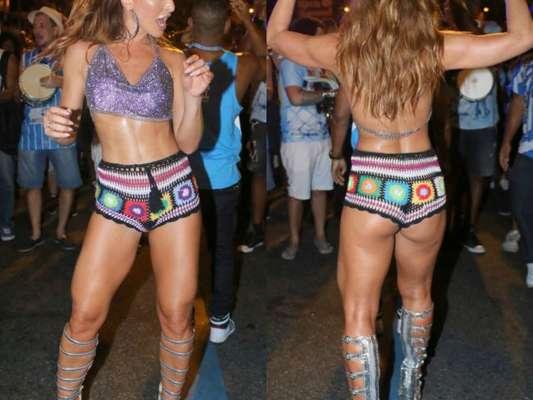 Sabrina Sato exibe barriga seca e perna sarada em desfile de rua da Vila Isabel