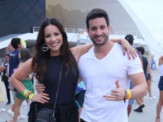 Renata Domínguez e o namorado, Marcio Bruzzi, curtiram bloco 'Vai, Safadão', neste domingo, 21 de janeiro de 2018, em Niterói