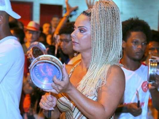 Viviane Araújo tocou tamborim no meio da bateria do Salgueiro no ensaio realizado na rua Silva Teles, na zona norte do Rio, na quinta-feira, 25 de janeiro de 2018