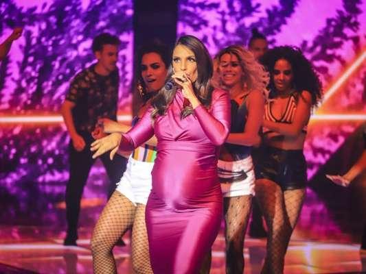 'Mamãe suingada', brincou Ivete Sangalo ao dançar com o coreógrafo Justin Neto e a companhia de dança FitDance