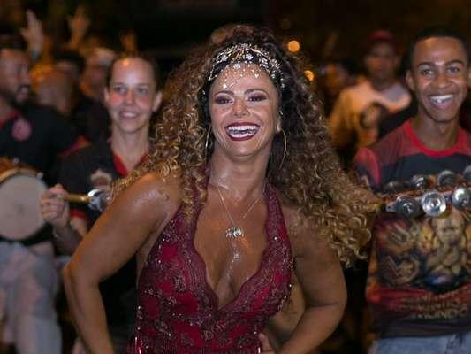 Viviane Araujo abandonou as tranças nagô e colocou peruca para ensaio de rua do Salgueiro, na rua Conde de Bonfim, na Tijuca, Zona Norte do Rio, na noite deste domingo, 28 de janeiro de 2018