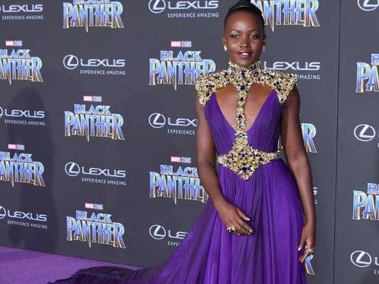Lupita Nyong'o apostou em um poderoso vestido de chiffon Versace para a pré-estreia do filme 'Pantera Negra' no Teatro Dolby, em Los Angeles, na Califórnia, nesta segunda-feira, 29 de janeiro de 2018