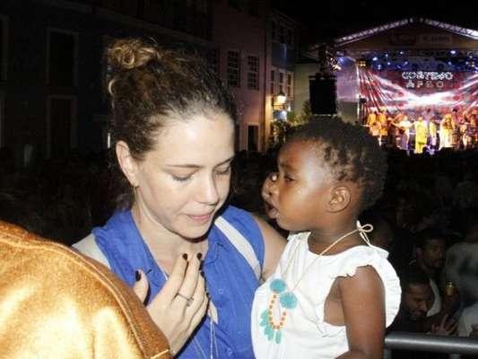 Leandra Leal curtiu com a filha, Julia, ensaio da banda Afro, em Salvador, na Bahia, na noite desta segunda-feira, 29 de janeiro de 2018