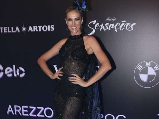 Ana Hickmann deixou a hot pants à mostra no Baile da Vogue