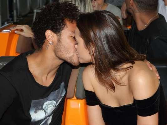 Bruna Marquezine e Neymar trocaram beijos apaixonados na festa de aniversário do jogador, neste domingo, 4 de fevereiro de 2018, em Paris