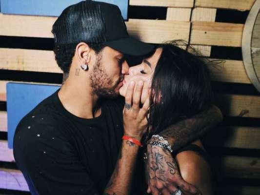 Bruna Marquezine e Neymar trocam beijos em passeio por Paris, em 5 de fevereiro de 2018