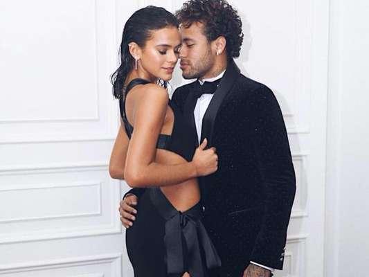 Bruna Marquezine combinou casaco da Supreme com Neymar. Veja abaixo!