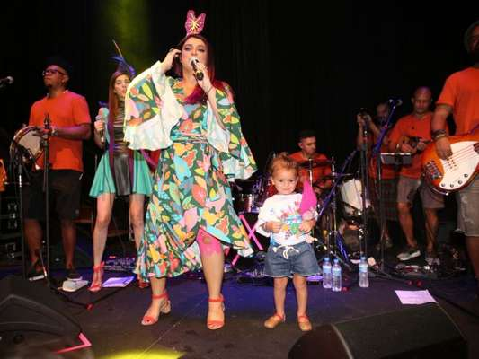 Carnaval em família! Neta de Preta Gil, Sol de Maria rouba a cena em camarote nesta quinta-feira, dia 08 de fevereiro de 2018