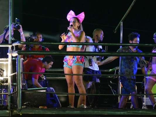 Anitta se apresentou no circuito Barra-Ondina, em Salvador, nesta sexta-feira, 9 de fevereiro de 2018