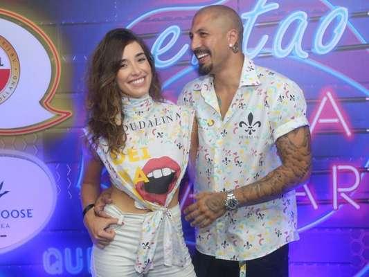 Ex-BBB Fernando Medeiros leva nova namorada, Carol Alves, à Sapucaí