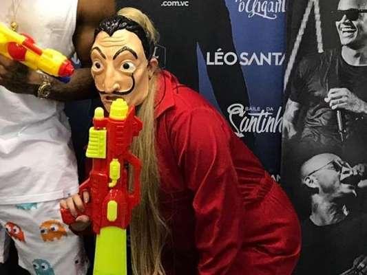 Marília Mendonça escolheu máscara de Salvador Dalí para curtir Carnaval de Salvador