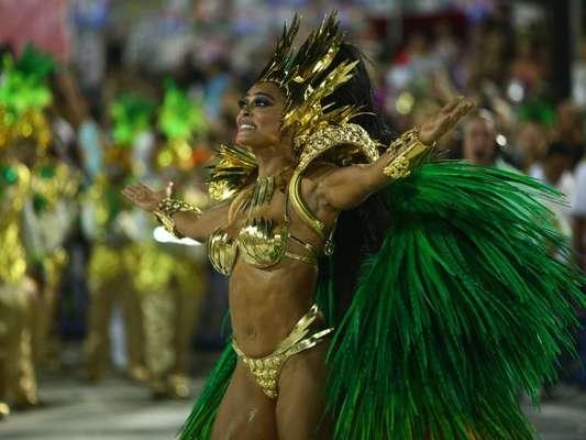 Carlos Eduardo Baptista, marido de Juliana Paes, conversou com o Purepeople sobre a fantasia da atriz no desfile da Grande Rio. Veja!