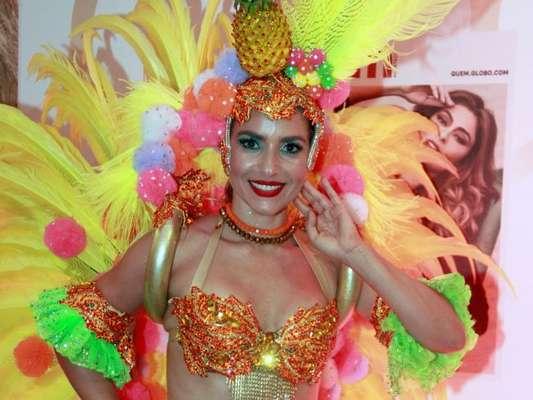 Monique Alfradique desfilou como Carmen Miranda na Grande Rio e conversou com o Purepeople acerca da fantasia. Veja!